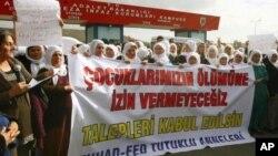 Jinên Kurd li pêş Zindana Sîncanê piştgirî didin grevên birçîbûnê. 02/11/2012. Sîncan, Enqere
