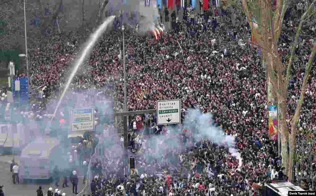 ប៉ូលិសបង្រ្កាបបាតុករតួកគីប្រើគ្រាប់បែកបង្ហូរទឹកភ្នែកនិងកាណុងបាញ់ទឹកដើម្បីបំបែកក្រុមអ្នកគាំទ្រក្រុមបាល់ទាត់ Besiktas ដែលព្យាយាមឆ្លងកាត់របងសុវត្ថិភាពនៅខាងមុខកីឡាដ្ឋានថ្មីរបស់ក្រុមបាល់ទាត់មួយនេះ ដែលមានឈ្មោះថា Vodafone Arena នៅក្រុងអ៊ីស្តង់ប៊ូល មុនពេលការប្រកួតរវាងក្រុម Besiktas និងក្រុម Bursaspor នៅក្នុងល៊ីកបាល់ទាត់តួកគី។