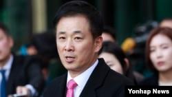 박근혜 한국 대통령의 변호인으로 선임된 유영하 변호사가 15일 서울 서초동 고등검찰청 앞에서 기자회견을 열고 취재진 질문에 답하고 있다.