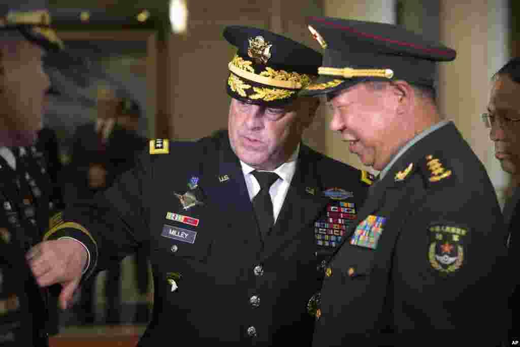 """2016年8月16日,在北京八一大楼欢迎美国陆军参谋长马克·米利(Mark Milley,右)将军的仪式上,米利向中国陆军司令李作成介绍随行人员。 李作成参加过1979年中越战争,中方把这场血战称作""""对越自卫反击战"""",李作成当时是连长。中国媒体报道说,他率领全连与敌血战26个日夜,被中央军委命名为""""尖刀英雄连"""",李作成也被记一等功并授予""""战斗英雄""""称号。"""