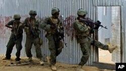 Pasukan Somalia dalam sebuah operasi penyergapan terhadap kelompok militan Al-Shabab (foto: dok).