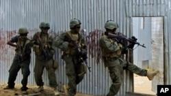 Tentara Somalia melakukan penggerebekan rumah yang diduga ditempati militan al-Shabab (foto: Juni 2012).