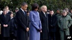 سهرۆک براک ئۆباما و مێشێـلی هاوسهری یهک خولهک به بێ دهنگی له کۆشـکی سـپی وهسـتاون بۆ ڕێزلێنان له قوربانیانی هێرشهکهی ڕۆژی شهممهی توسانی ئهریزۆنا، دووشهممه 10 ی یهکی 2011
