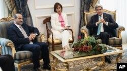 존 케리 미국 국무장관(오른쪽)이 시리아 반군 단체인 시리아국가연합 아흐메드 알 자르바 의장과 27일 사우디아라비아 제다 국제공항에서 이라크 사태에 관해 논의했다.