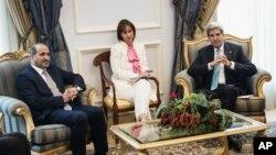 Wakil oposisi Suriah Ahmad al-Jarba, kiri, dan Menlu AS John Kerry sebelum pertemuan mereka di Bandara Internasional King Abdulaziz di Jeddah, Saudi Arabia (27/6/2014).