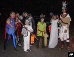 孩子们在万圣节穿上各种奇异的服装