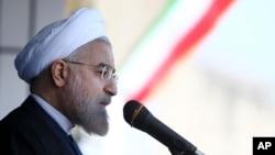 Presiden Iran Hassan Rouhani berpidato di kota Rasht dalam kunjungan keliling ke provinsi Gilan di utara Iran (15/4).