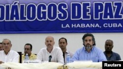 Colombia's lead government negotiator Humberto de la Calle (L) and Colombia's FARC lead negotiator Ivan Marquez. (File)