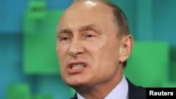 Vladimir Poutine, irrité par l'abandon par le parlement de Kiev du statut de non aligné
