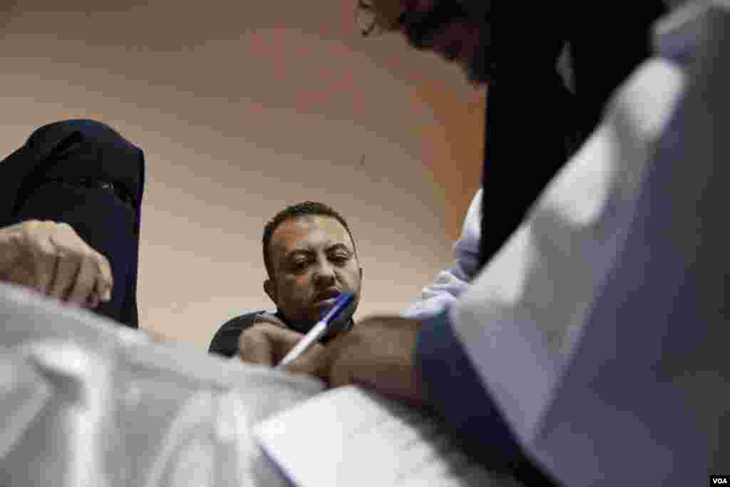 Banyak pemilih di Giza mengatakan mereka akan menolak rancangan konstitusi pada referendum (22/12). (VOA/Yuli Weeks)