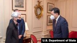 美国常务副国务卿谢尔曼2021年8月12日在美国国务院会晤中国新任驻美大使秦刚。(图片来自谢尔曼副国务卿的推特账户)