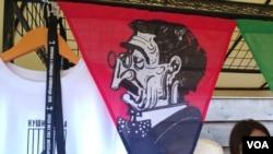 """Lik Branislava Nušića, izložen u Dorćol placu, tokom održavanja """"Male Nušićijade"""" nakon proterivanja iz Ivanjice, 18. avgusta 2019. (Foto: Veljko Popović, VOA)"""