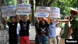 Cảnh sát cố gắng ngăn cản người biểu tình chống Trung Quốc trong một cuộc biểu tình trước đại sứ quán Philippines ở Hà Nội, ngày 17/7/2016.