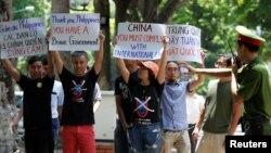 Para demonstran anti-China mendukung Filipina di depan kedutaan besar negara itu di Hanoi, Vietnam (17/7). (Reuters/Kham)