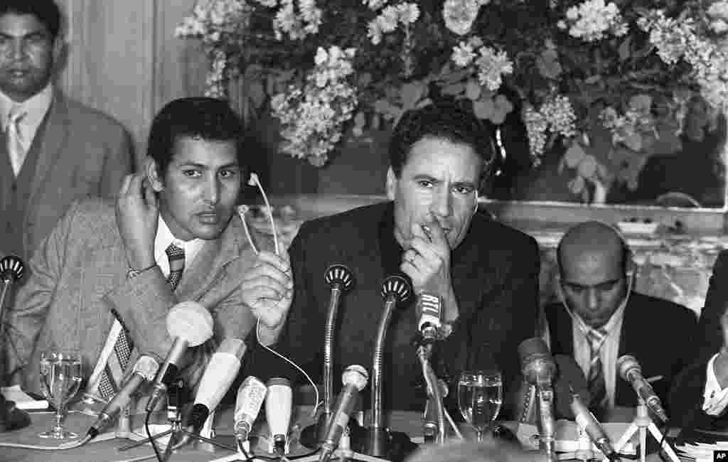 Libyan leader Moammar Gadhafi(C) speaks at a press conference 25 November 1973 in Paris, (AFP).