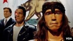 Patung lilin yang menggambarkan berbagai peran Arnold Schwarzenegger dalam film maupun sebagai gubernur ditampilkan di museum lilin Hollywood, di Los Angeles (foto: dok.).