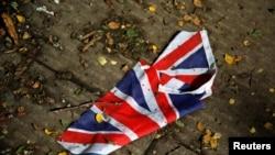 Un drapeau britannique qui a été emporté par les fortes pluies à Londres le 24 juin 2016. (Reuters)