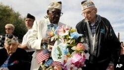 Những người sống sót trong vụ tấn công Trân Châu Cảng, ông Marvin Rewerts 89 tuổi (phải) và ông Nelson Mitchell, 91 tuổi đặt vòng hoa tại đài tưởng niệm ở Phoenix, 7/12/12
