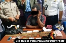 Petugas menangkap RW, calon penumpang yang membawa 153 butir amunisi dan uang Rp. 110 juta, 10 September 2018 (foto: Dok. Bidang Humas Polda Papua)