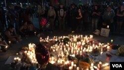 Acara mengenang para korban oleh warga lintas agama dilangsungkan di Las Vegas, hari Senin (2/10). (Foto: A. Martinez / VOA)