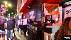 """中国民主党洛杉矶集会,支持美国国会""""香港人权与民主法案"""",支持者在好莱坞大道上前行 (美国之音雨舟)"""