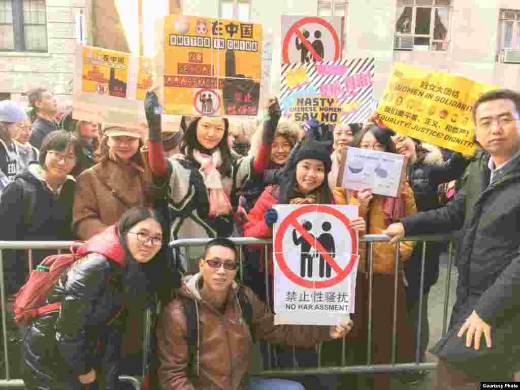 """在纽约参加女性大游行关注中国女权议题的人士合影。(2018年1月20日,小门提供)。 在英属哥伦比亚大学就读社会学的七七是""""#MeToo在中国""""话题的发起和主持人。七七设计了""""#米兔在中国""""的图标。"""