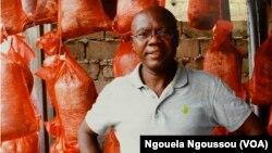 A Brazzaville, un ingénieur bio-technicien, Tsengue Tsengue, a mis au point une technique de production des champignons. (VOA/Ngouela Ngoussou)