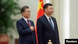 资料照:中国国家主席习近平为到访的韩国总统文在寅在北京人大会堂举行欢迎仪式。(2017年12月14日)