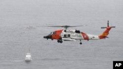 Helikopter američke Obalske straže nadlijeće područje u kojem se prevrnuo brod. (Foto: AP/Denis Poroy)