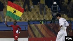 Pemain Ghana, John Pantsil (kiri) merayakan kemenangan timnya atas Amerika Serikat pada pertandingan babak 16 besar hari Sabtu lalu.