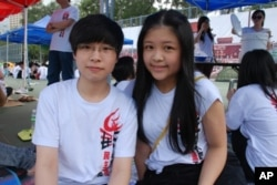 參加支聯會舉辦的學生體驗營的香港學生劉珮君(左)及曹倩彤