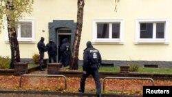 Polisi khusus Jerman melakukan penggerebekan sebuah rumah yang ditinggali tersangka perekrut ISIS di Hildesheim, Selasa (8/11).