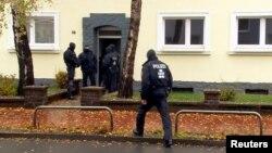 Một hình ảnh cho thấy lực lượng cảnh sát đặc biệt Đức đứng trước cửa ngôi nhà đối diện tòa nhà có phòng cầu nguyện Hồi giáo ở Hildesheim, Đức, ngày 8 tháng 11 năm 2016.