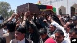 1일 파키스탄과 교전으로 사망한 아프가니스탄 병사의 시신을 아프가니스탄 카불 동부 잘랄아바드 지역 이송하는 운구 행렬.