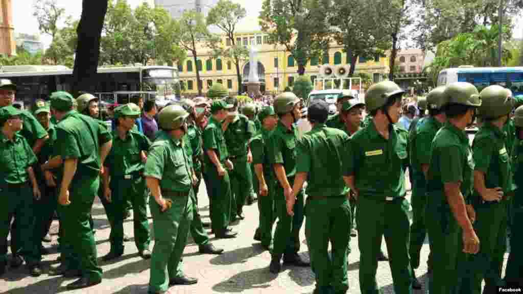 TNS Mỹ đề xuất trừng phạt công dân Việt vi phạm nhân quyền Thượng nghị sĩ Cộng hòa John Cornyn từ tiểu bang Texas hôm 23/5 cho biết ông đề nghị sửa đổi một dự luật quốc phòng, theo đó sẽ xử phạt những người Việt Nam bị coi là đồng lõa trong việc đàn áp nhân quyền.
