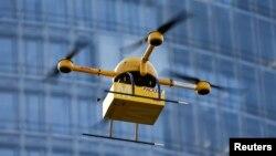 Un prototipo de 'drone' para enviar paquetes es probado por la compañía DHL en Alemania.