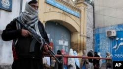 Lực lượng an ninh canh giữ xung quanh các trường học sau vụ tấn công trường đại học Bacha Khan ở Peshawar, Pakistan, ngày 21/1/2016.