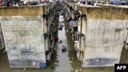 سیلاب کے باعث لوگ بلند عمارتوں کی چھتوں پر پناہ لیے ہوئے ہیں