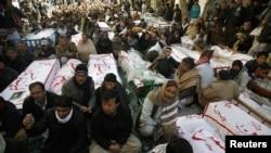 什叶派穆斯林1月12日在奎达静坐抗议中展示未下葬的棺材。那些棺材安放着在上个星期四连环炸弹爆炸中死难者的尸体。