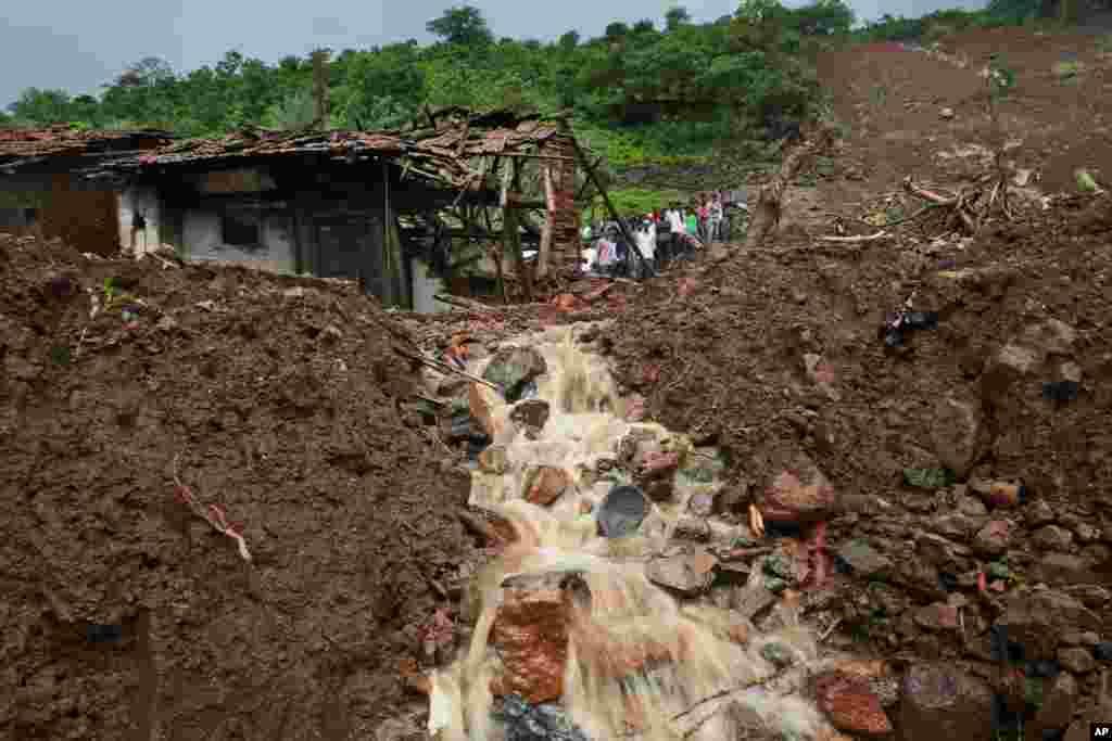 인도 서부 마하라슈트라주 말린 지역에서 폭우로 인한 산사태가 발생해 최소 50명이 사망했다.