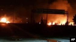 Ảnh do hãng thông tấn SANA của nhà nước Syria công bố hôm thứ Tư 9/5/2018, cho thấy nhiều đám cháy bùng lên sau cuộc tấn công vào môt khu vực nơi có nhiều căn cứ quân sự Syria, tại Kisweh, ở hướng Nam Damascus, Syria. (SANA via AP)
