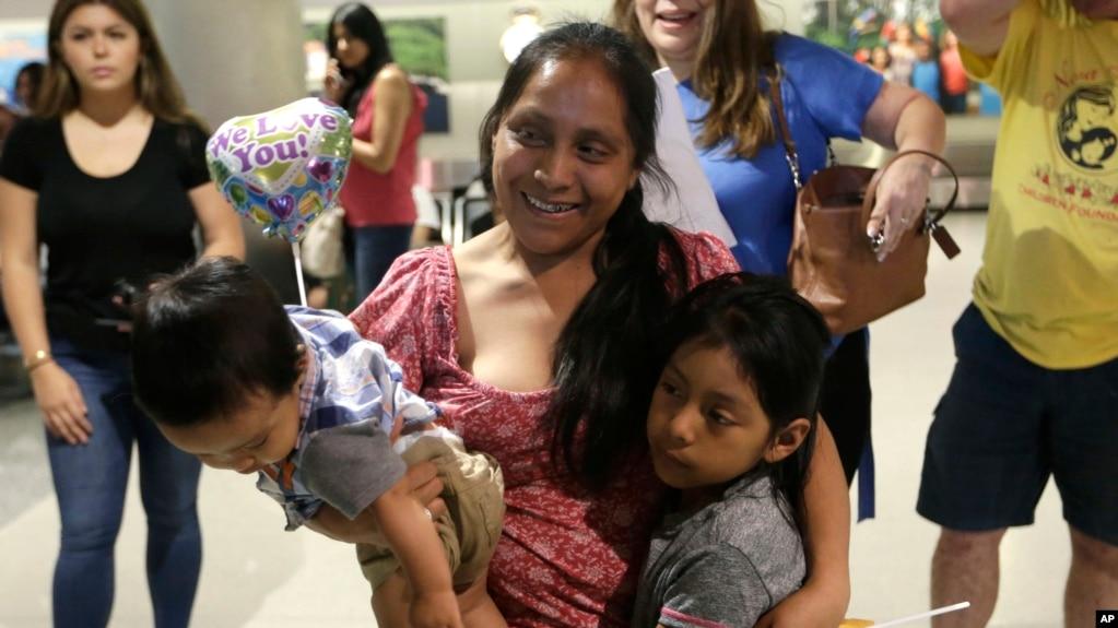 Resultado de imagen para La voz de una madre separada de su hijo en la frontera