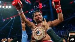 El boxeador filipino Manny Pacquiao derrotó en Macao al estadounidense Chris Algieri conservando su título welter de la Organización Mundial de Boxeo (OMB).