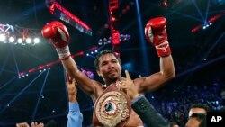 세계권투기구(WBO) 웰터급 챔피언 타이틀을 허리에 둘러찬 필리핀의 매니 파키아오 선수가 두 팔을 번쩍 들어 올리며 승리를 자축하는 모습.