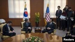 방한 중인 토니 불링큰 미 국무부 부장관(가운데 왼쪽)이 20일 윤병세 한국 외교부 장관과 외교부 청사에서 만나 면담하고 있다.