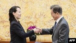 Kim Yo-jong (saudara perempuan pemimpin Korea Utara Kim Jong -un) menyerahkan surat dari Kim Jong-un kepada Presiden Korea Selatan Moon Jae-in dalam pertemuan kedua peimpin negara di Blue House, Seoul, 10 Februari 2018.