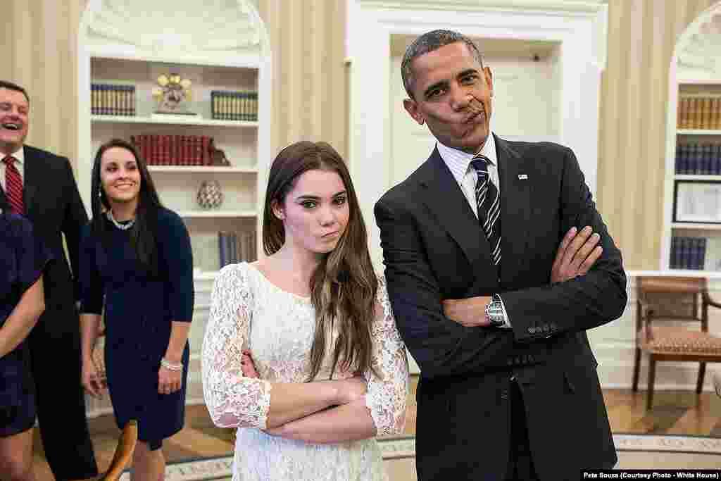 Barack Obama reçoit l'équipe olympique de gymnastique et fait la célèbre mou de McKayla Maroney, à la Maison Blanche, le 15 novembre 2012.