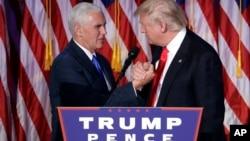 总统当选人川普在发表接受大选结果的演说后和副总统当选人握手(2016年11月9日)
