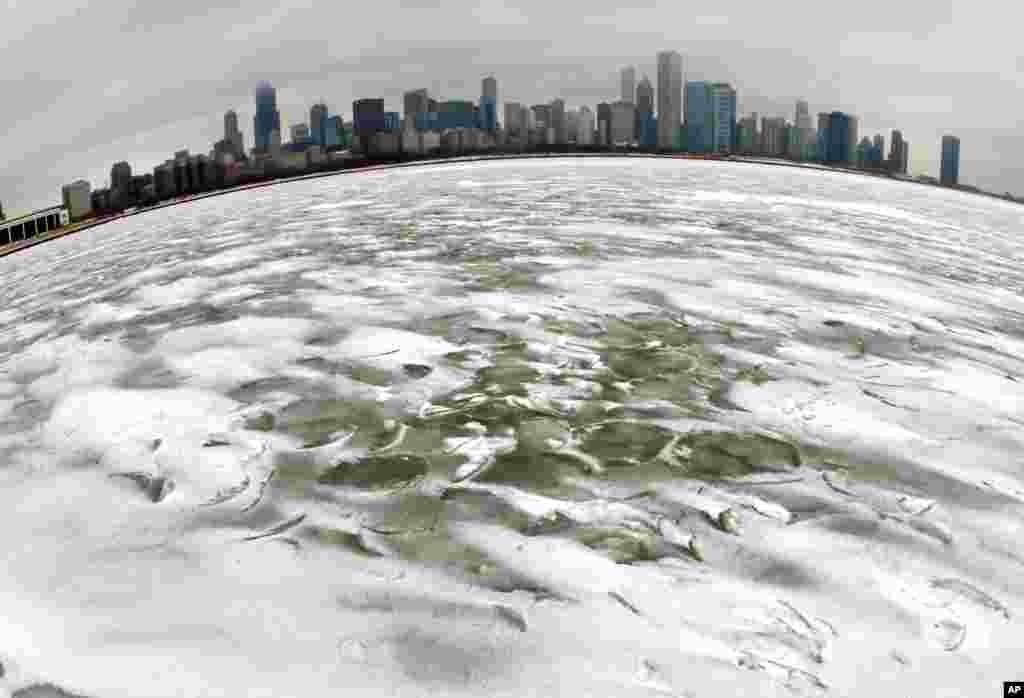 2013年2月22日當一個冬季風暴吹襲美國大芝加哥地區之後,靠近阿德勒天文館的密西根湖上的旋轉波結凍,而芝加哥的天際線作為背景襯托。
