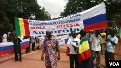 Des manifestants exhibent le drapeau de la Russie lors d'un mouvement de protestation à Bamako, au Mali.